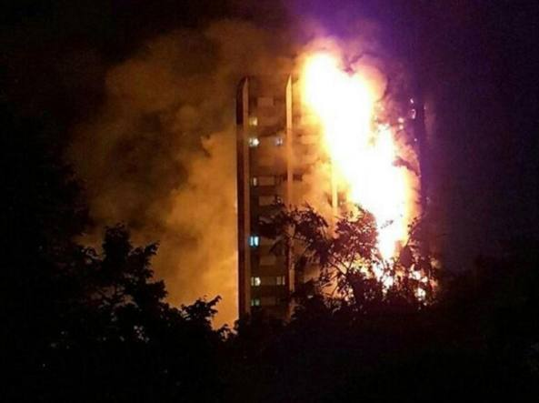 Incendio a Londra : grattacielo in fiamme a North Kensington. Numerosi feriti