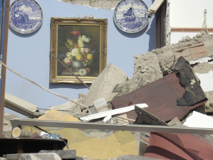 Napoli, Torre Annunziata: crolla una palazzina, due famiglie sotto le macerie
