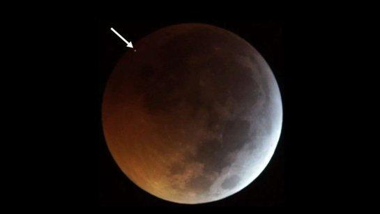 Meteorite colpisce la luna durante l'eclissi: impatto immortalato in foto
