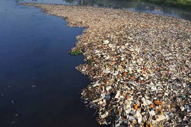 Inquinamento del Mediterraneo: enorme isola di plastica tra Corsica ed Elba