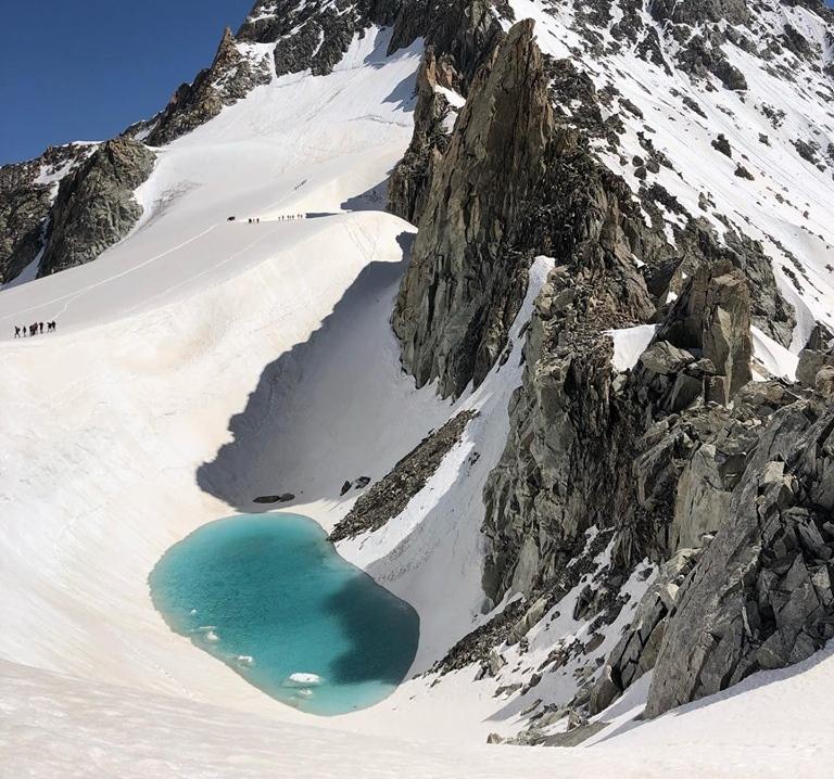 Caldo record sulle Alpi: spunta un lago azzurro sul Monte Bianco per lo scioglimento della neve