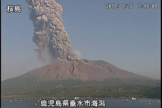 Violenta esplosione del vulcano Sakurajima, colonna di cenere alta 4000 metri