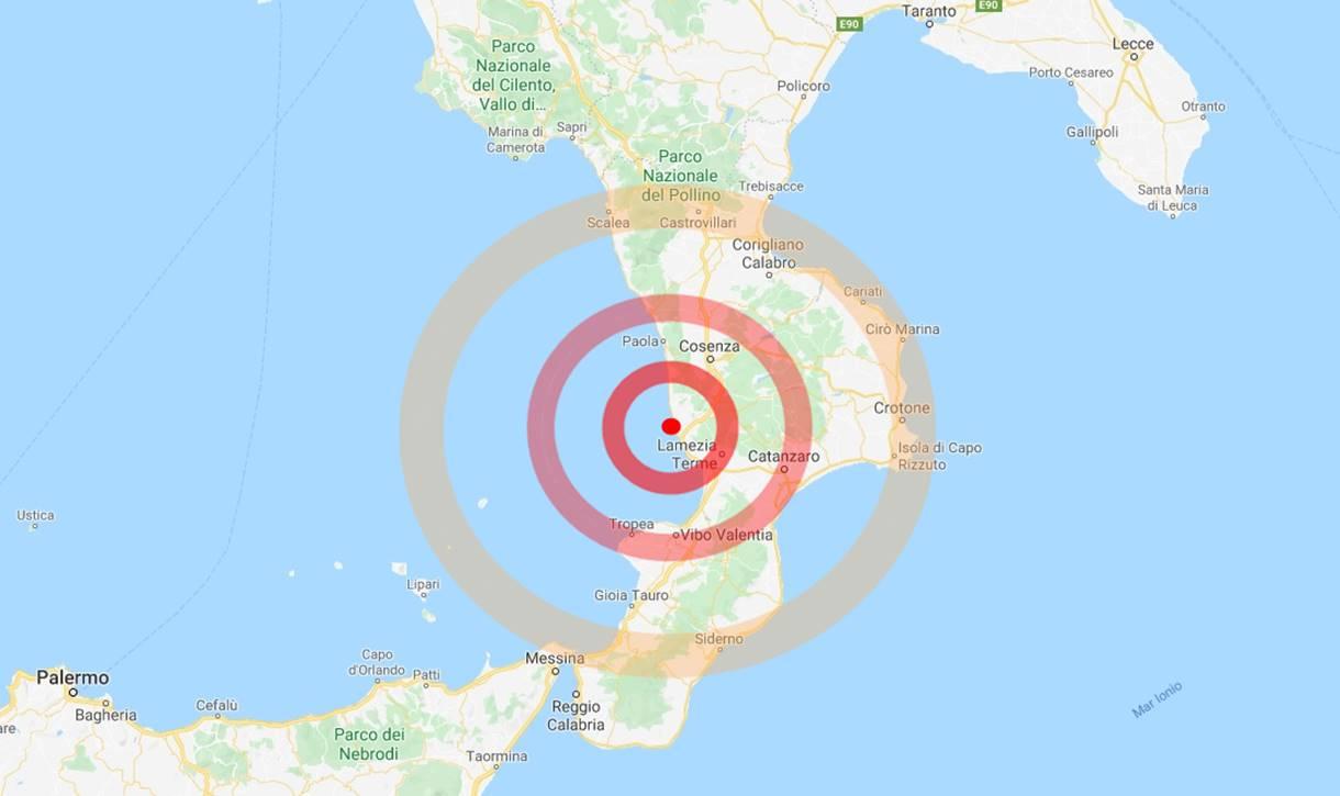 Calabria, intensa scossa di terremoto nella notte e poi sequenza, gente per strada
