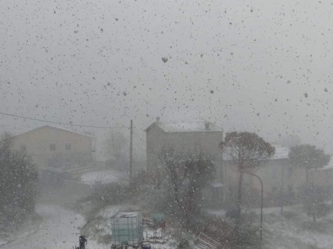 Prime nevicate a bassa quota, fiocchi a Macerata