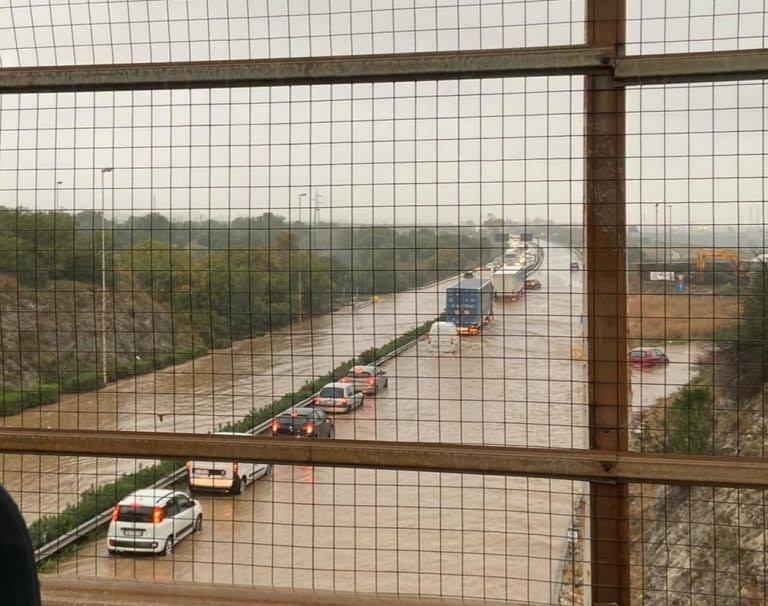 Allerta meteo in Sicilia: nubifragi in atto, vasti allagamenti nel siracusano in autostrada