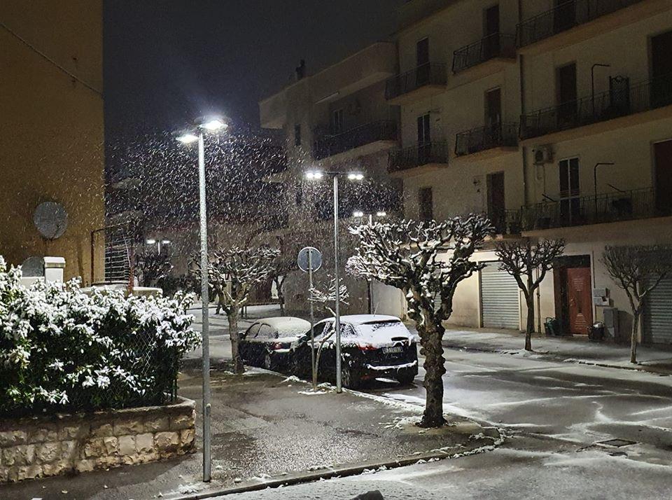 Notte carica di neve in Puglia, imbiancate le Murge fino a bassa quota