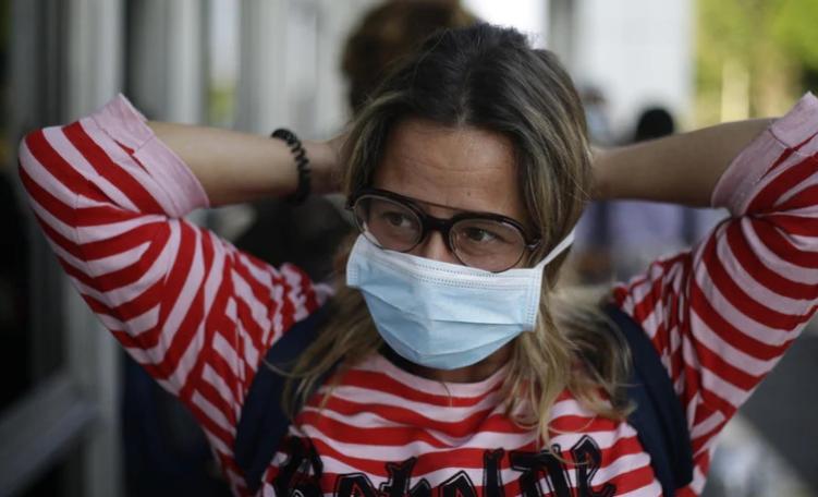 """Coronavirus, nuovo studio: """"può viaggiare nell'aria, anche a 6-8 metri""""."""