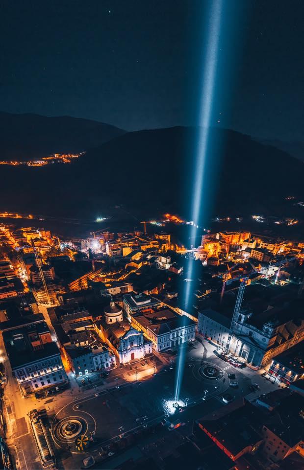 L'Aquila, 11 anni fa il terremoto. Fasci di luce nella notte in memoria delle vittime