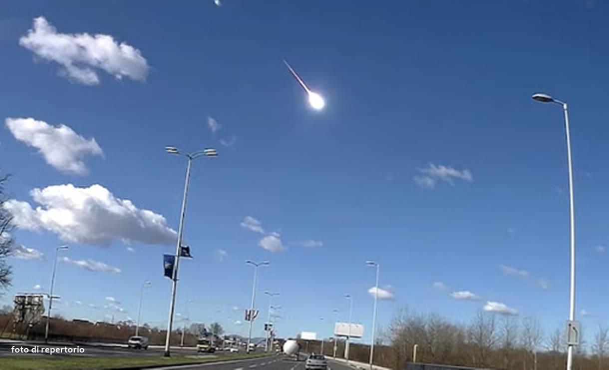 Meteorite nei cieli del centro-nord Italia: grossa scia luminosa avvistata nel pomeriggio