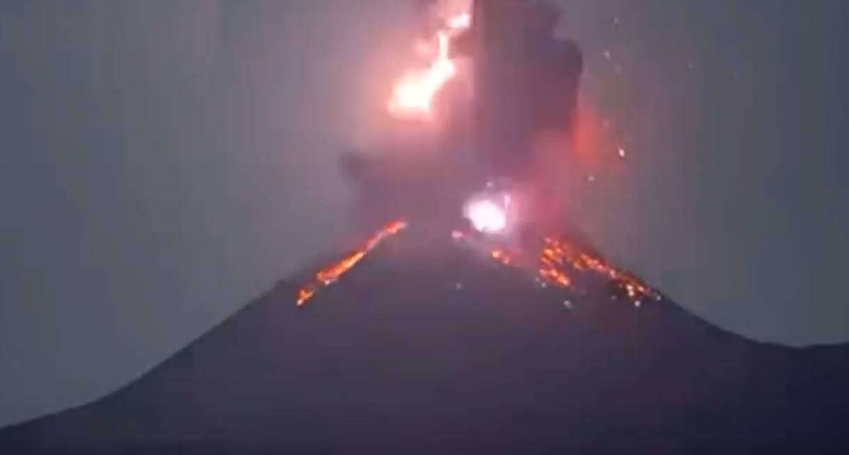 Ultim'ora, si risveglia l'Anak Krakatau: forte eruzione in atto