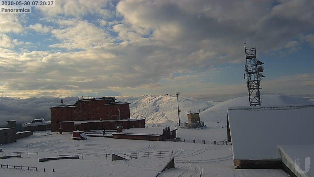 Neve di fine maggio in Appennino, bianco risveglio a Campo Imperatore