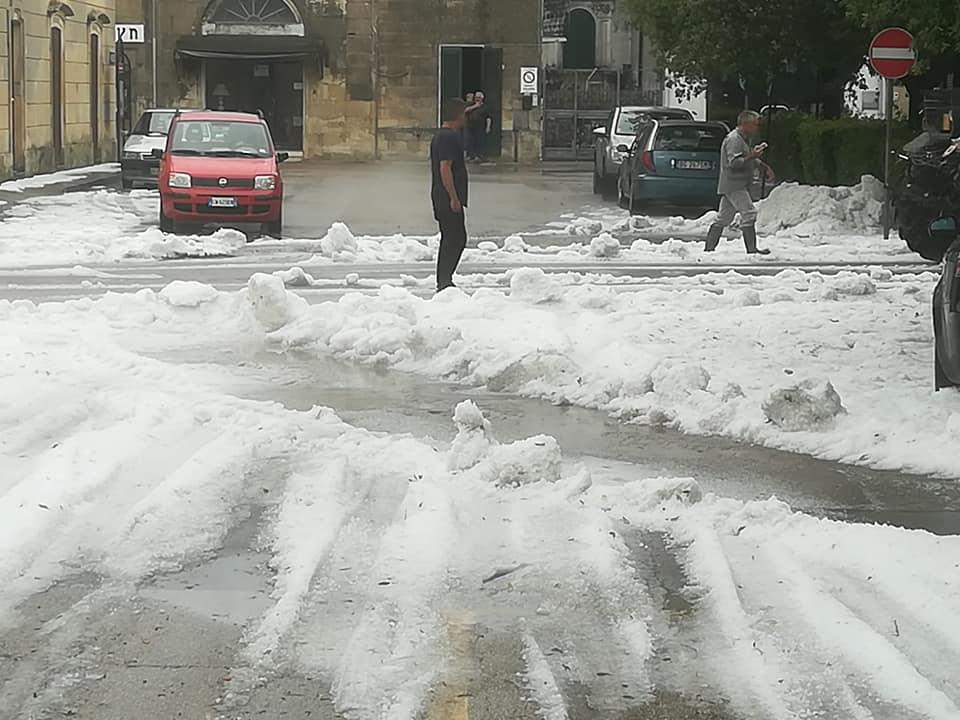 Grandinata estrema nel Salento: si spala il ghiaccio a Melpignano