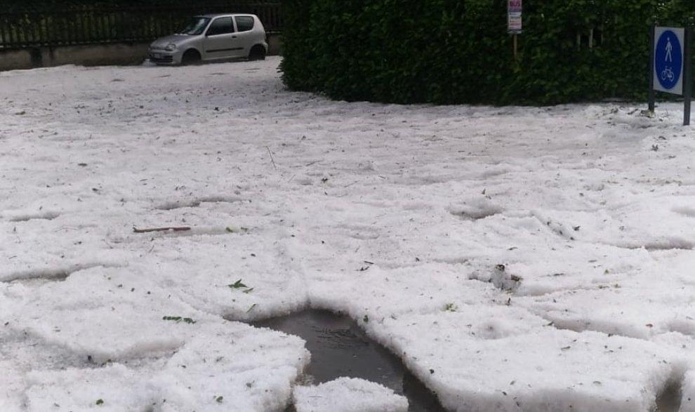 Maltempo, super grandinata nel torinese: grossi accumuli di ghiaccio a None