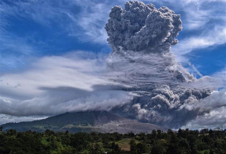Indonesia: erutta il Sinabung, colonna di fumo di oltre 5000 metri