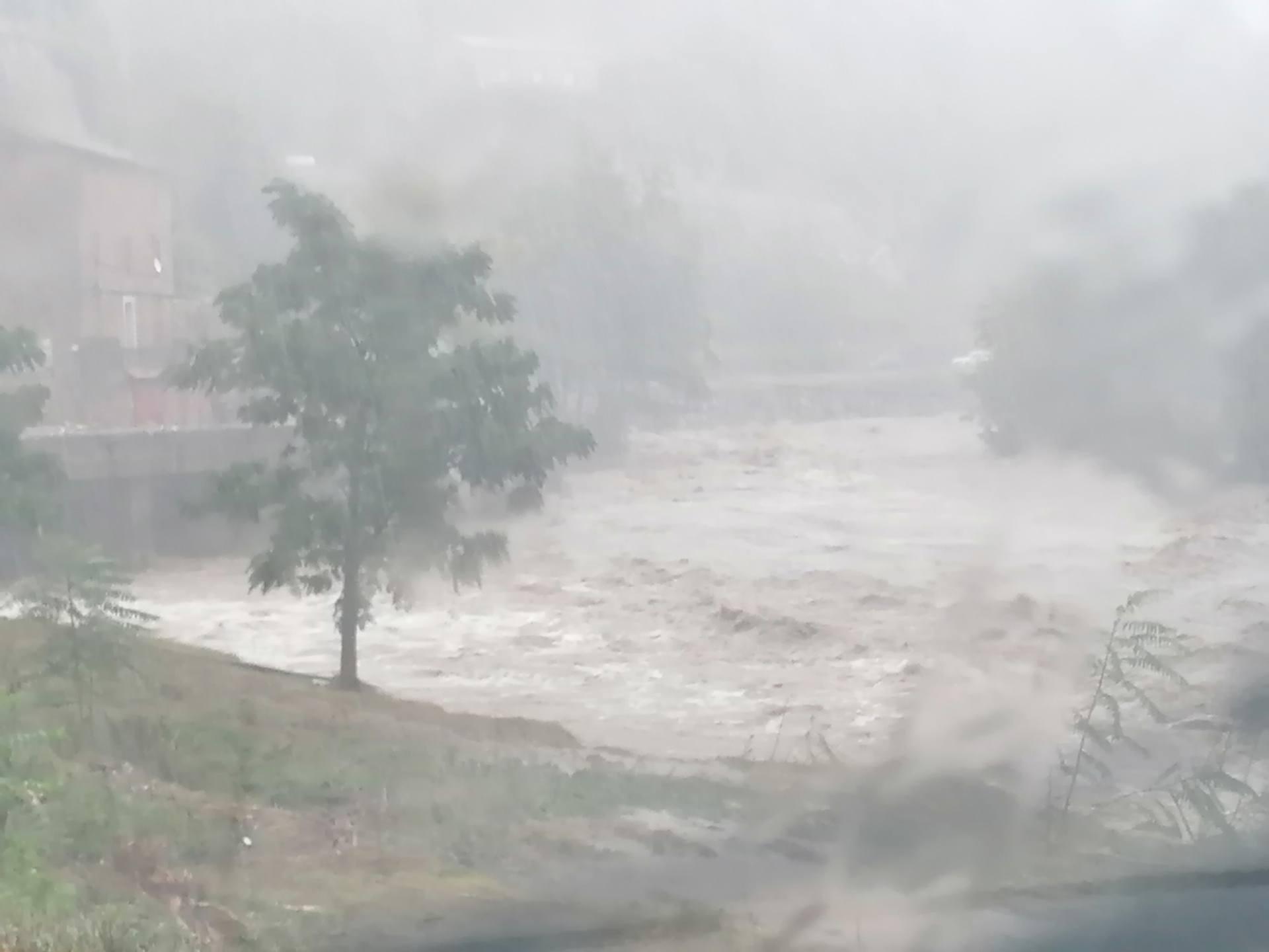 Violentissimo temporale nel sud della Francia: 700 mm di pioggia a Valleraugue, grave alluvione in corso