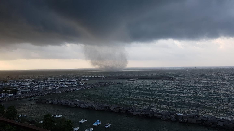 Violenta tromba marina si abbatte su Salerno: danni e paura