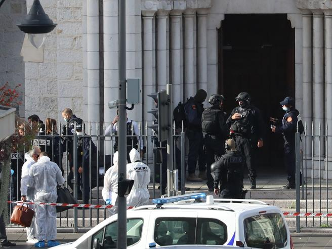 """Attentato a Nizza: tre vittime nella cattedrale al grido di """"Allah Akbar"""""""