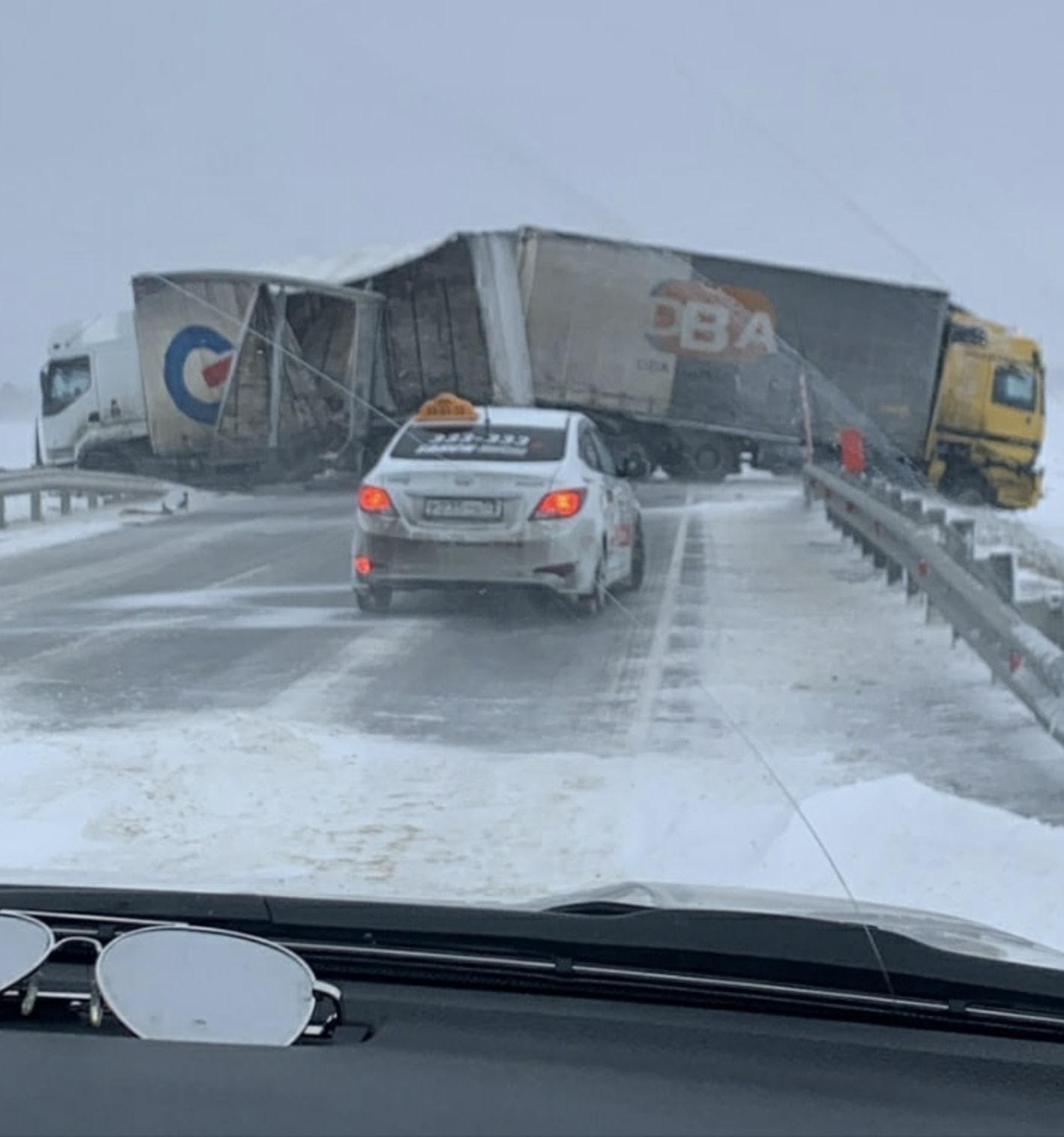 Tempeste di neve e vento in Russia, tanti danni e tetti divelti