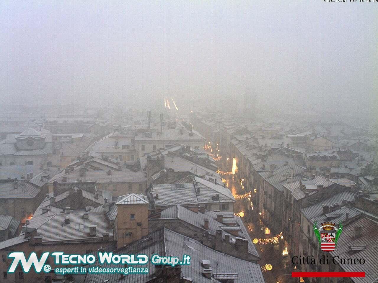 Cuneo, arriva la prima neve d'inverno: città imbiancata
