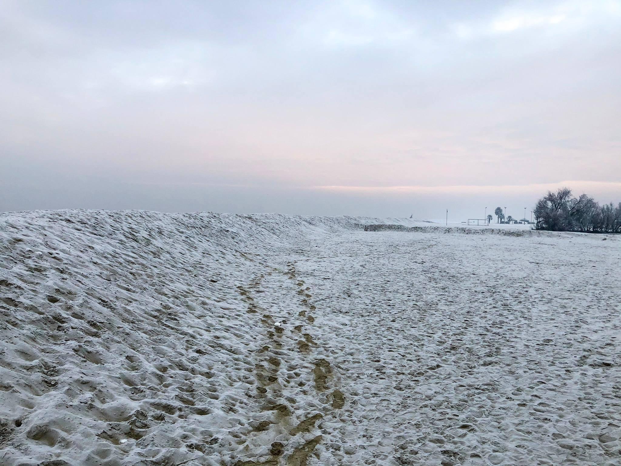 Gelo sin sulle rive dell'Emilia Romagna: spiaggia congelata a Marina di Ravenna