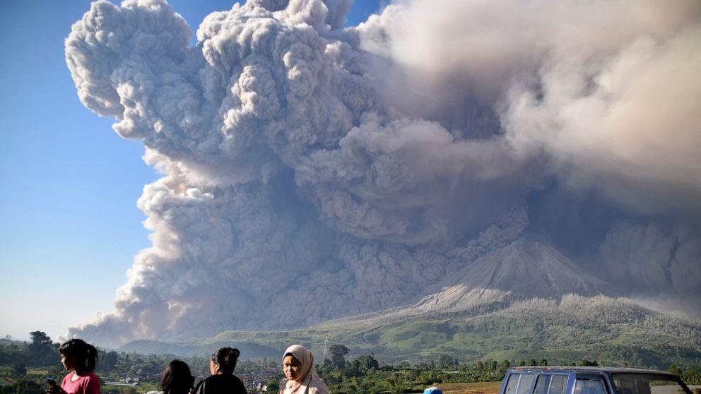 Esplode vulcano Sinabung in Indonesia: colonna di cenere alta 5 km