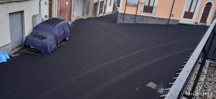 Nuova intensa eruzione dell'Etna: in atto una spaventosa pioggia di cenere e lapilli!