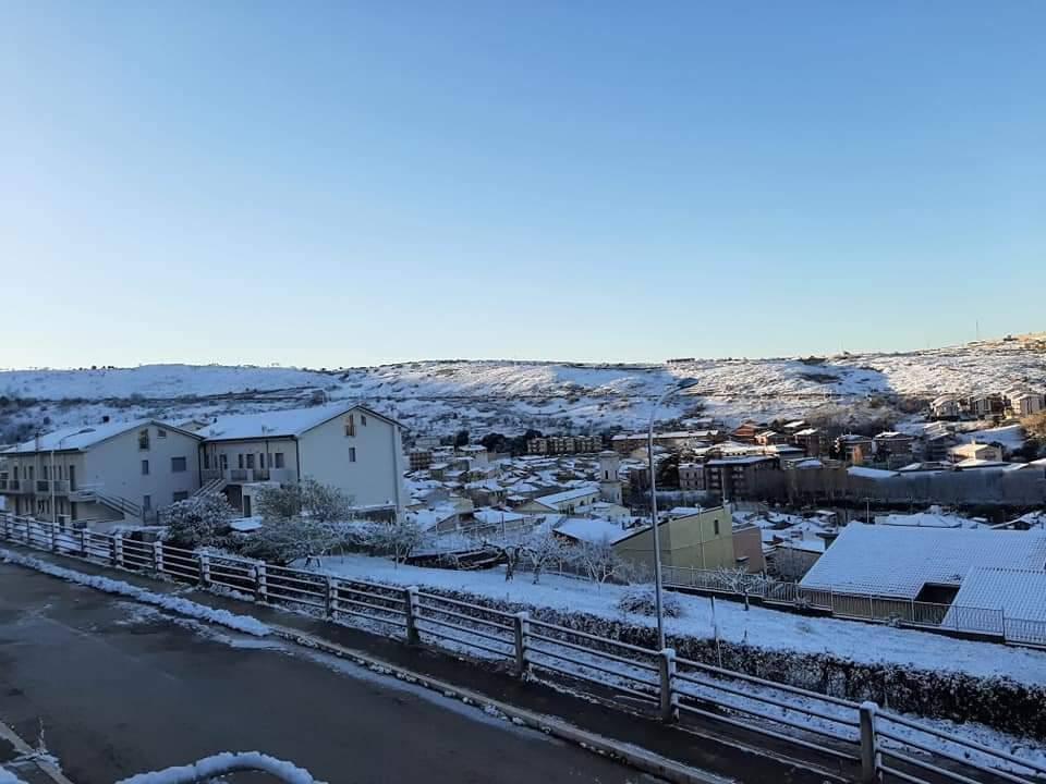 Meteo: torna il Sole, la neve in Appennino visibile dal satellite