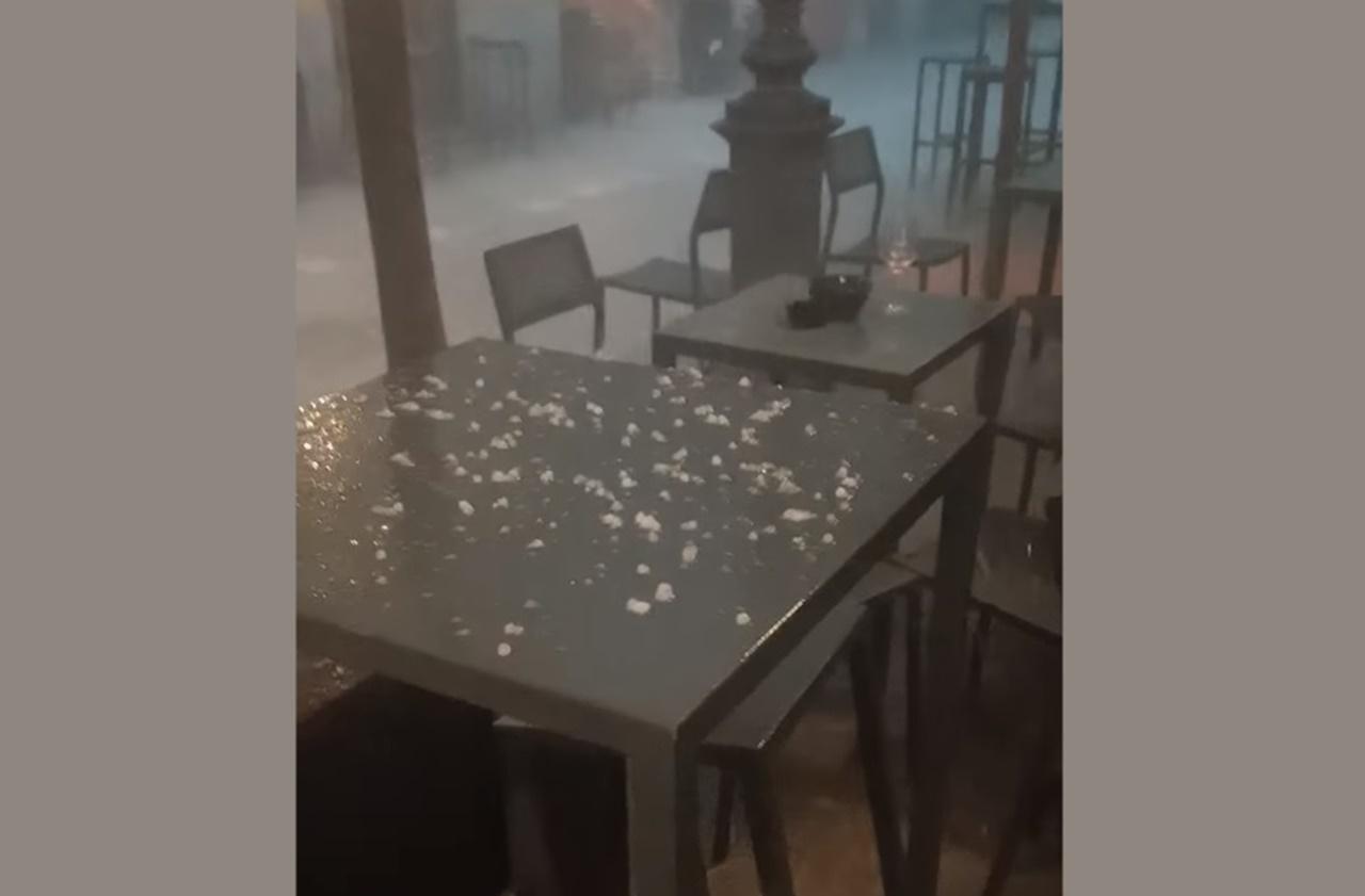 Violento temporale su Trieste: la grandine sui tavolini del bar all'aperto