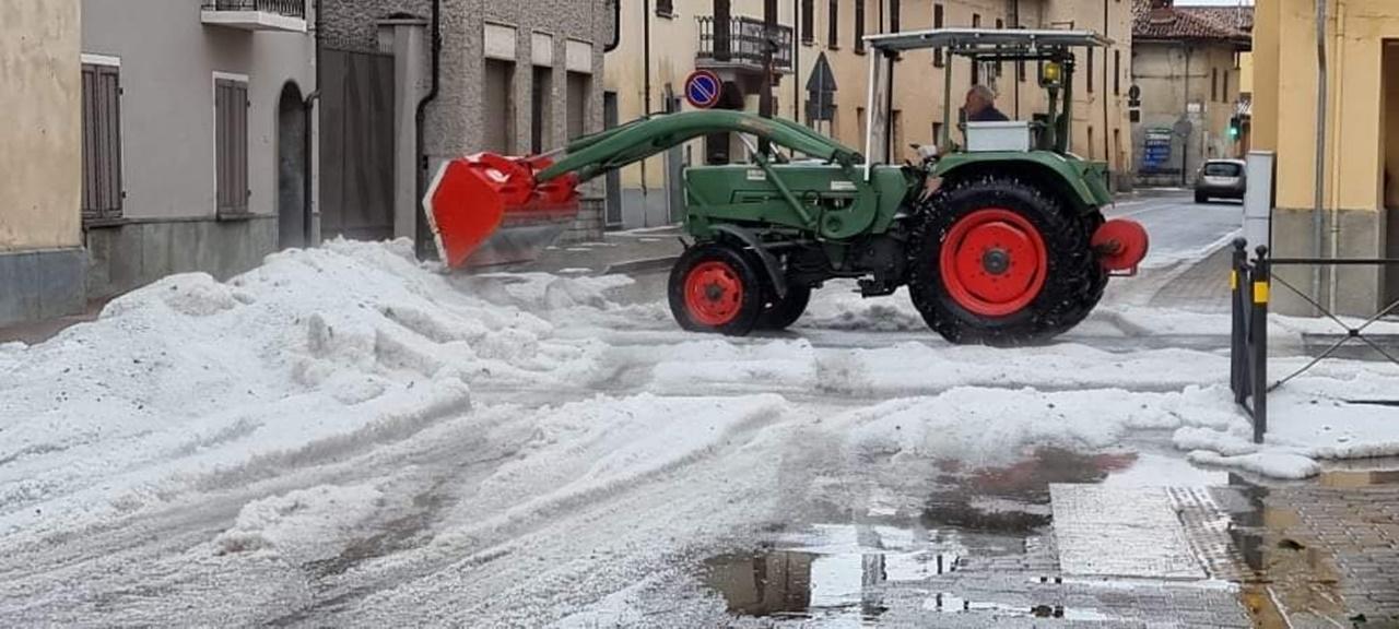 Violenta grandinata nel cuneese come neve: le immagini da Villafalletto