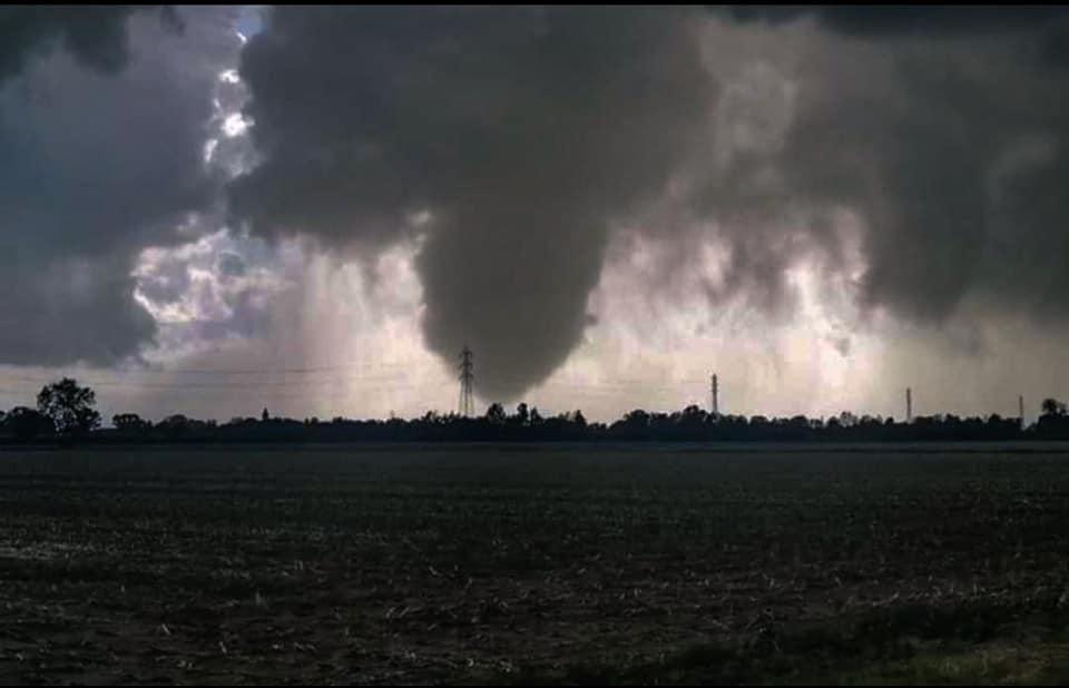 Lombardia colpita dai tornado: almeno 5 vortici nel pomeriggio. Tornado distrugge l'aeroporto di Carpi (MO). (VIDEO)