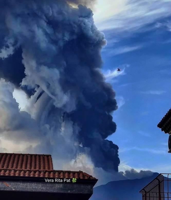 Etna in eruzione, altissima colonna di fumo e pioggia di cenere in atto da ore