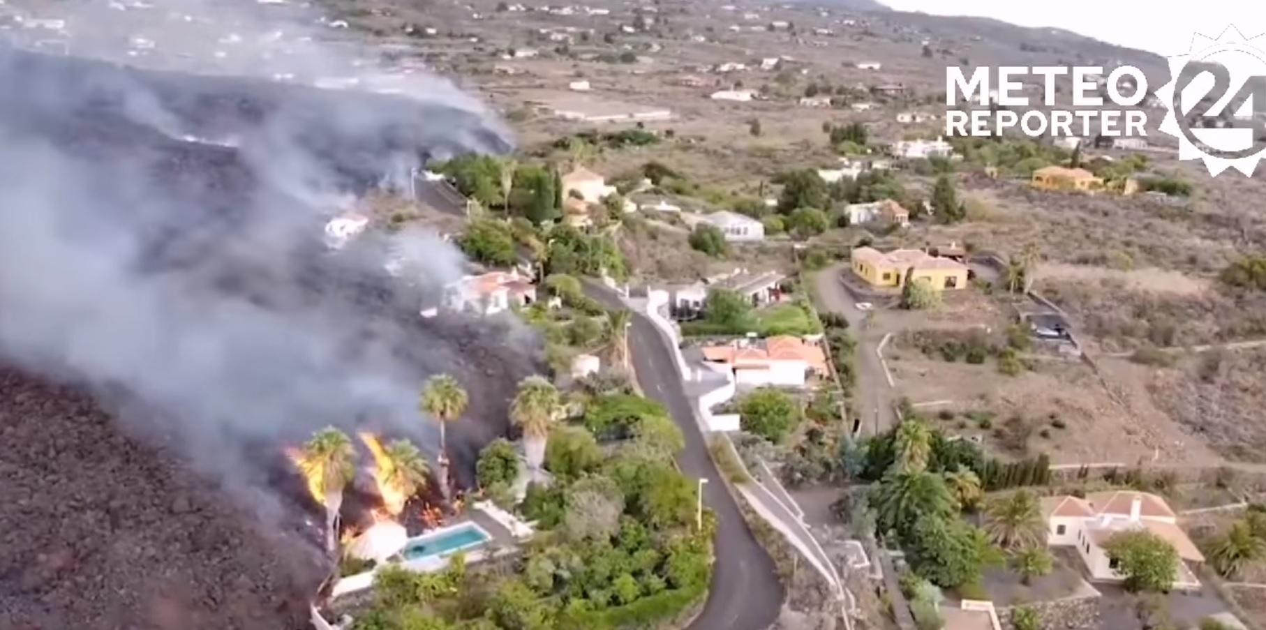 Eruzione alle Canarie, devastazione su La Palma: la lava brucia e fa crollare anche le case