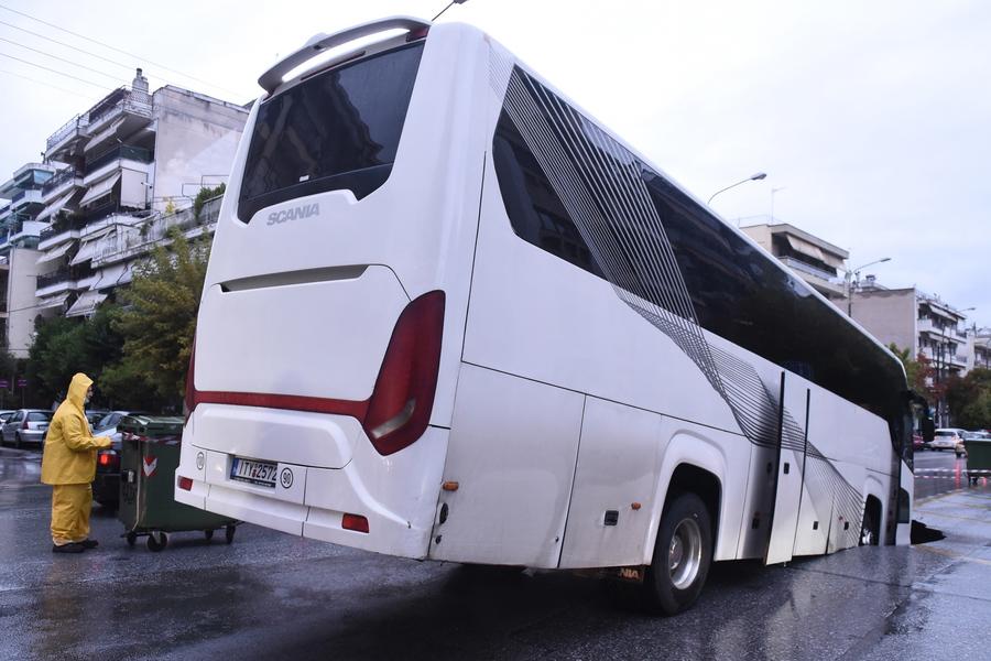 Violenta ondata di maltempo in Grecia: autobus finisce in una voragine a Salonicco