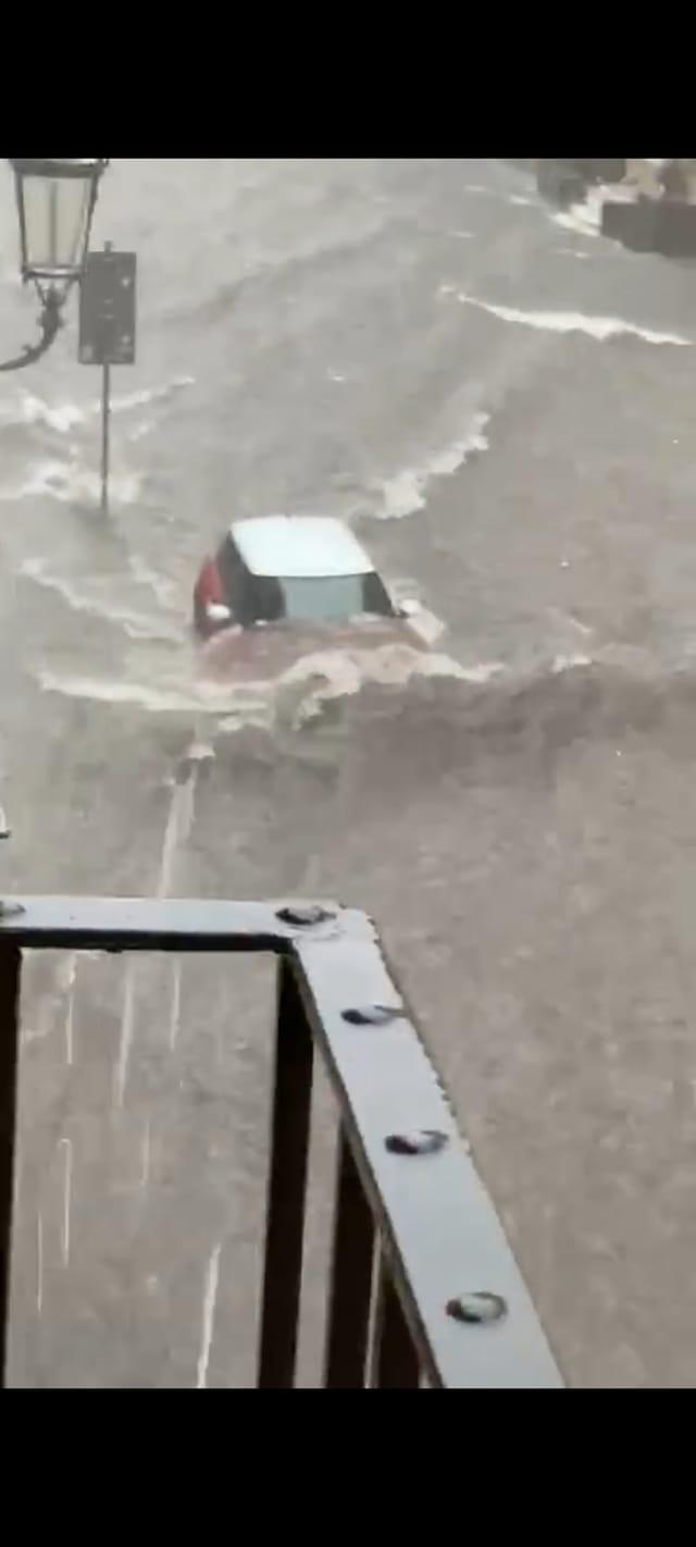 Pesante nubifragio su Catania: strade inondate, allagati anche gli autobus